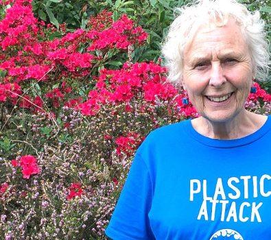 La abuela de 70 años que limpia playas