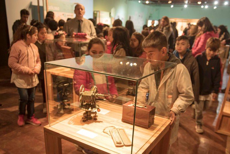 """Alumno observando una de las piezas exhibidas en la muestra """"Ruta Darwin"""""""